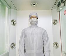 エアーシャワーで衣服や輸入物品に付着しているホコリおよび微粒子を清浄化された空気によって除去